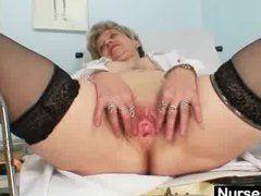 Vollbusige Oma spreizt beim Frauenarzt die Schenkel